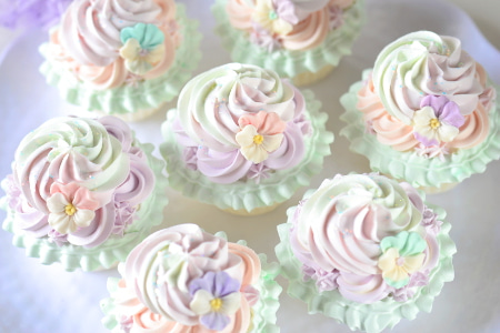 ビオラのクリームカップケーキ