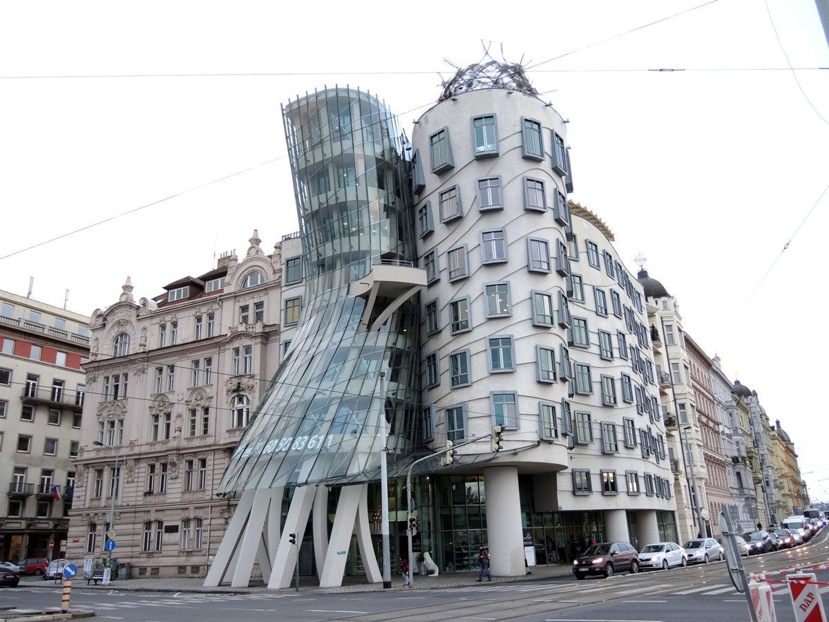 建物が踊っているように見えます。1階がギャラリー、2、3階がホテル、7階がレストランになっていて、そこから階段を上って行くとバーと展望テラスがあります。