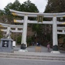 三峰神社の参道を行く