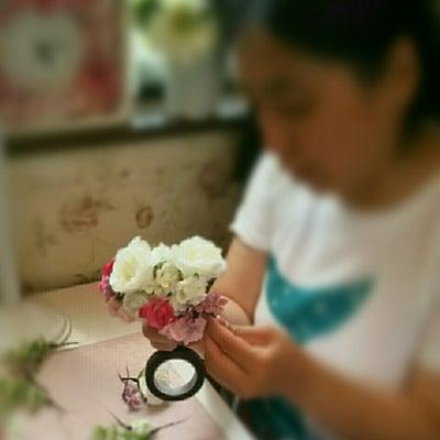 清楚なパープル&ホワイトのウェディングブーケ&髪飾りのウェディングレッスンの記事に添付されている画像