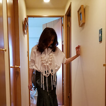 50代 白シャツ コーデ★ 「マダムズ・マルシェ」の記事に添付されている画像