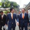 オレンジ色のネクタイの画像