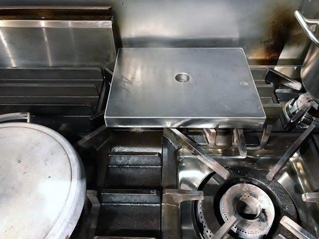 フレンチレストランの厨房内のプラック