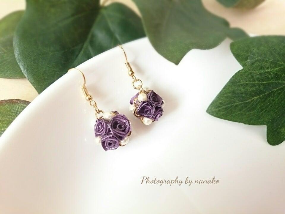 パープルの薔薇とパールが、上品に耳元を飾ってくれます。の記事より