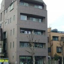 新宿の税務署通りに位…