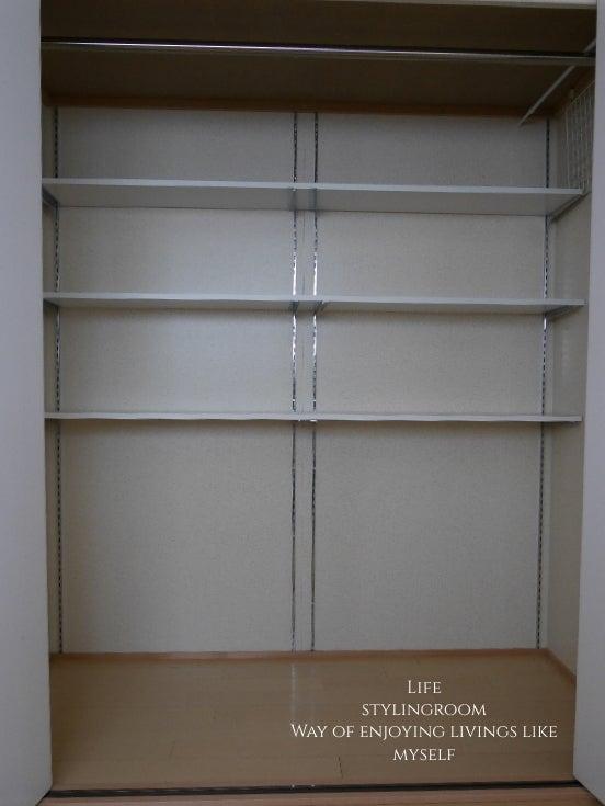 1cf977e129 もう10年前になるんですが、業者さんにお願いして奥の壁面にダボレールをつけてもらい、可動棚を設置してます。