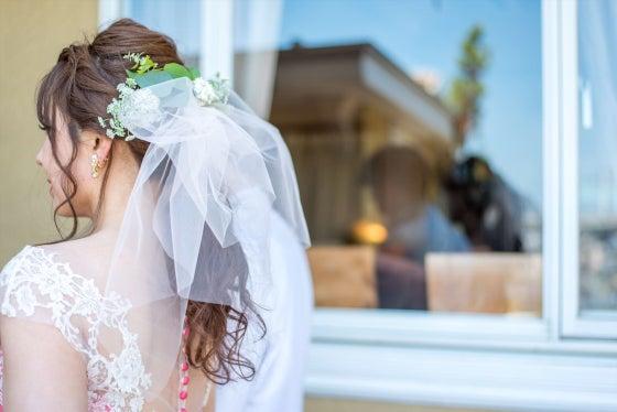 出張ヘアメイク ウェディングヘアメイク ミルフェリーチェ ピンクのカラードレス ローポニーテール ヒルサイドガーデン プレ花嫁