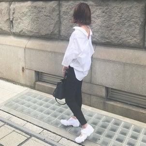 白シャツと黒スキニーのシンプルモノトーン。の画像