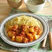 【1週間節約献立】金曜日は、気軽に手軽に楽チンに♪じゃがいもとチキンのトマトソースパスタ