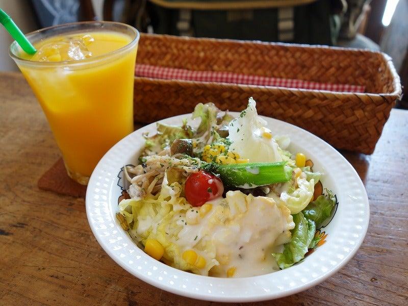 ランチにつく野菜サラダとドリンク 日和cafe 行田市