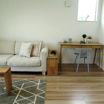 ソファ前のテーブルより便利なサイドテーブル!ソファ横・ソファ後ろを有効活用する提の記事に添付されている画像