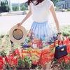 お花畑と一体化?!大人かわいい花柄プリントスカートの画像