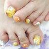 夏のビタミンカラー、オレンジと手描きのひまわり、フットネイルの画像