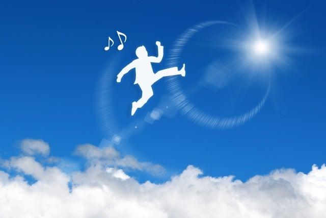 空に飛びあがっている人
