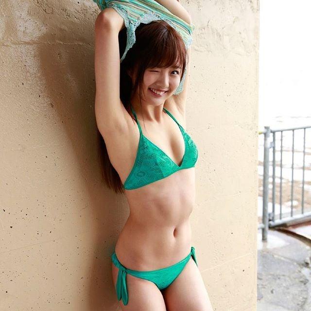 笑顔で着替える佐藤美希