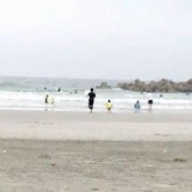 日傘とともに、砂浜に…