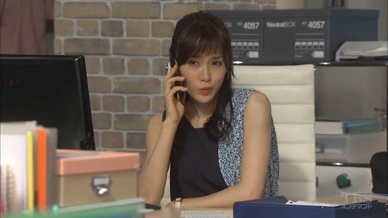 アシンメトリーでオシャレなトップスで携帯で話す「カンナさーん!」出演時の山口紗弥加