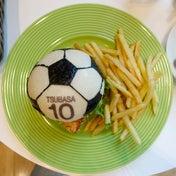 サッカーボールの南カツバーガー 週刊少年ジャンプ展CAFE