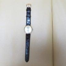 腕時計の革ベルトを交…