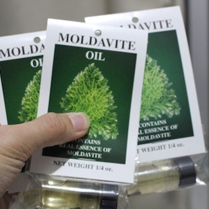 『モルダバイト』の原石エッセンスが入ったアロマオイルを販売中の画像
