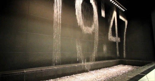 滝が時間を映し出す、水のアート...