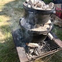 麻炭作りの火を囲み、…