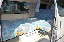 キャンピングカー イースピリット 4WD ベッド