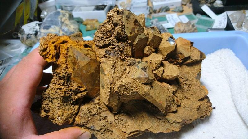褐鉄鉱に覆われた群晶のクリーニ...