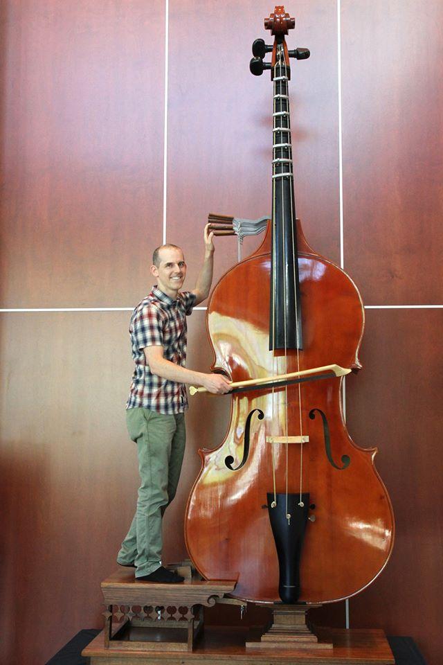 コントラバスより大きな弦楽器は...