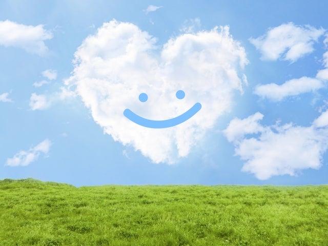 青空に浮かぶハートの雲と草原