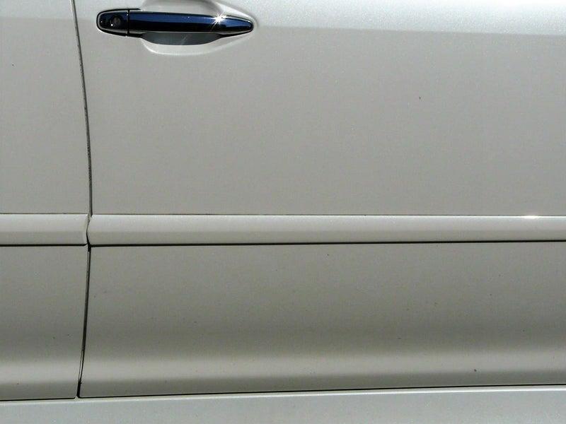 サイドモールのすき間の黒ずんだ汚れと、ボディ下の部分に付着した鉄粉はシャンプー洗車では落としせな