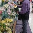 花を買う父