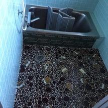 浴室のタイルの床をリ…