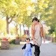 秋の公園を親子で散歩