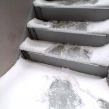 階段凍ってるやないか…