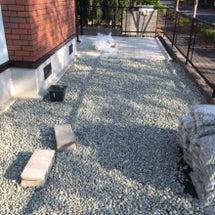 防草シートの上に石敷…