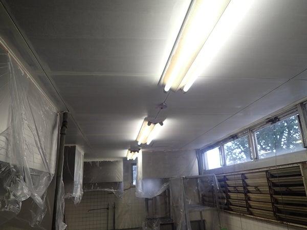大学厨房内改装工事 壁面塗り替え工事ぬりかえ下地塗装