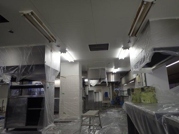 大学厨房内改装工事 壁面塗り替え工事ぬりかえうわ上塗り