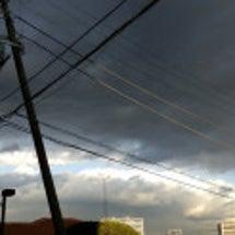 変な空。雨雲小さいか…