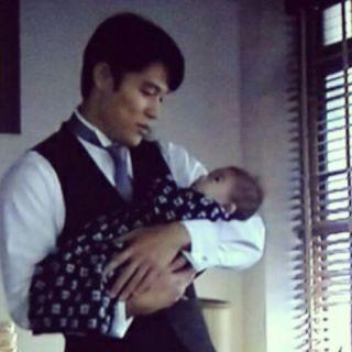 『花子とアン』のワンシーン,息子を抱く演技をする鈴木亮平さん