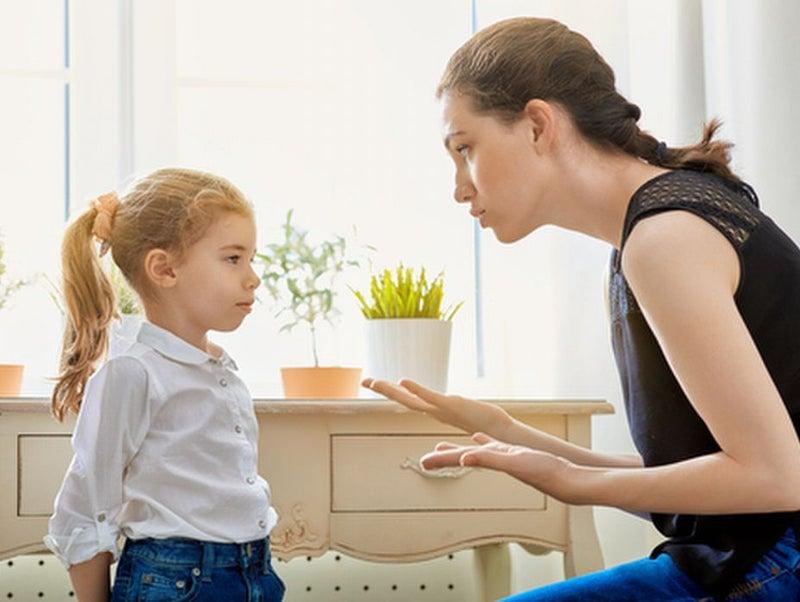 娘に説教をする母親