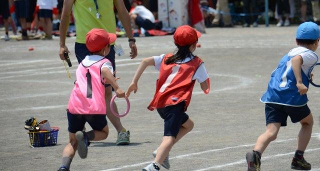 運動会で競争する子どもたち