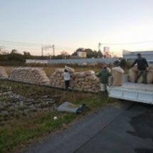 成田校へ籾殻270袋…