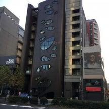 青山通りの目立つビル