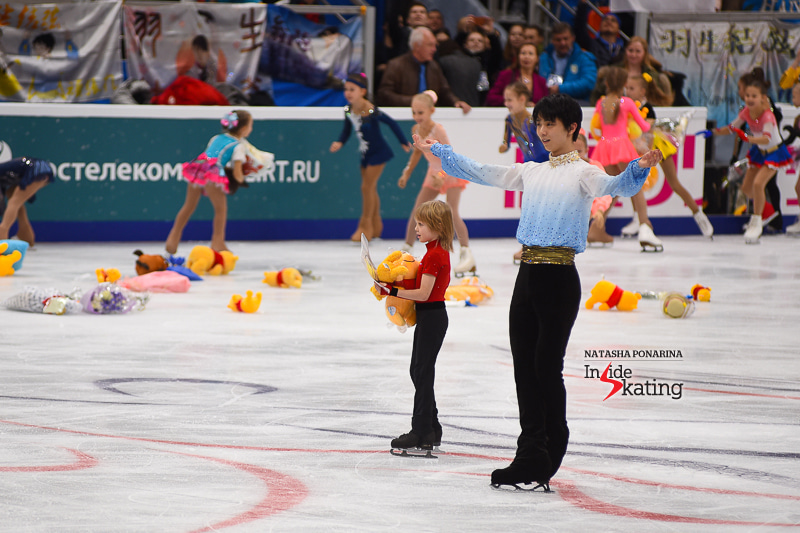 IS Yuzuru-Hanyu-and-the-boy-in-red-at-the-end-of