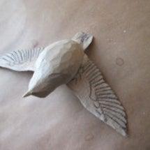 木彫りのメジロの飛翔…