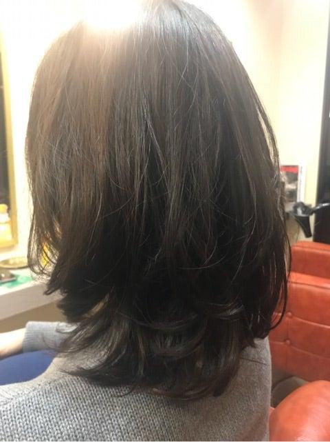 直毛で跳ねやすい長さならやっぱりパーマです。