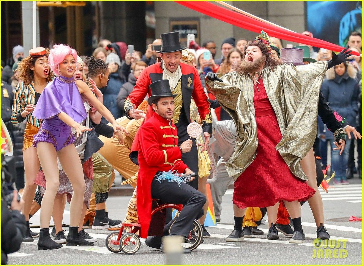 加筆!ザックエフロンとヒュージャックマンがNYの路上でパフォーマンス!『グレイテストショーマン』