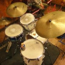 白いドラムセット!