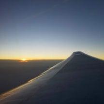 上空から見た朝日が昇…